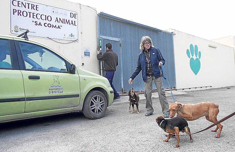 En la puerta del centro recogiendo los perros. | Gabi Vázquez