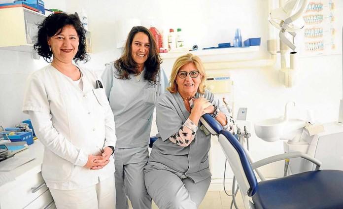 Susana, la Dra. Luciana y la Dra. Ana María en su consulta. GABI VÁZQUEZ