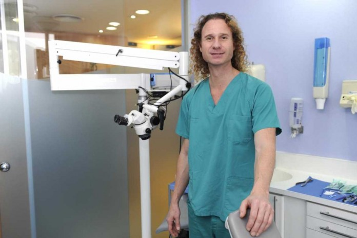 El doctor Alberto Fernández posa en su clínica de Ibiza. | GABI VÁZQUEZ
