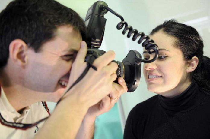 Fotografian al paciente para alcanzar una estética perfecta.   GABI VÁZQUEZ