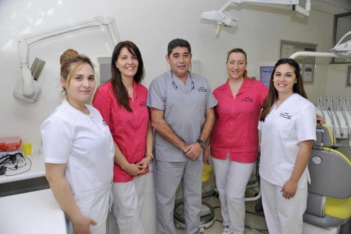El equipo de profesionales de la clínica, con el doctor Ricardo Barcenilla en el centro. DIARIO DE IBIZA