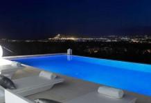 Espectacular vista de Dalt Vila desde una piscina a las afueras de la ciudad.