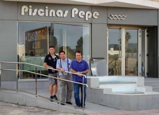 Pepe posa con sus hijos José María y David en las nuevas instalaciones.