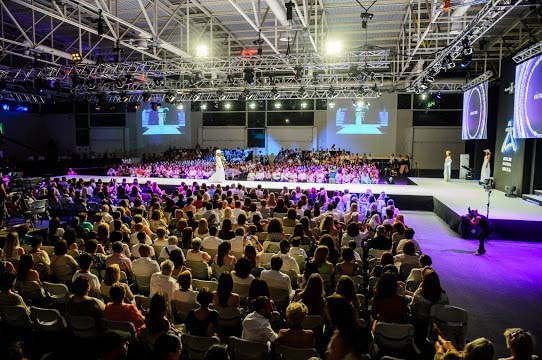 El escenario, con una pasarela de 24 metros de largo, se montó en el Recinto Ferial, que reunió a cerca de 1.500 personas para el evento.  SERGIO G. CAÑIZARES