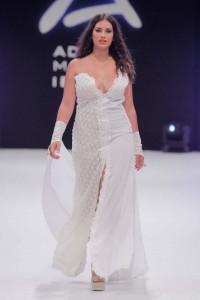 La modelo de talla grande Lorena Jiménez luce en la imagen un diseño de Luisa Tur con un amplio escote.| SERGIOG. CAÑIZARES