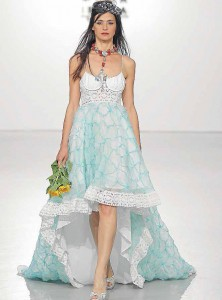 Modelo vestida por Tony Bonet, con complementos de Elsa Pomar.