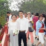 Novios en el parque de Hanoi.