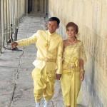 Novios en vestidos tradicionales.
