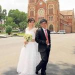 Pareja frente a la catedral de Saigón