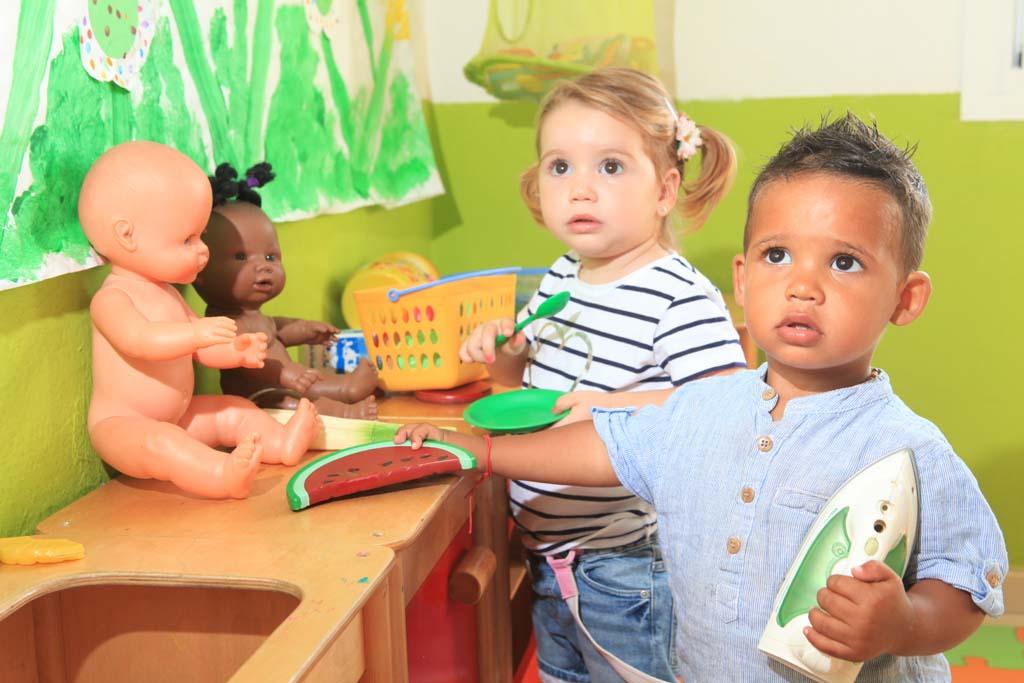 Un grupo de niños juega con juguetes adaptados a su edad en la guardería Sa Lluna. AISHA BONET