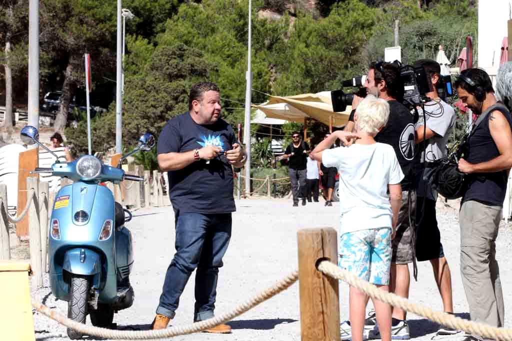 [:es]Alberto Chicote llega en moto a Cala Vedella para intervenir en una pizzería.[:]