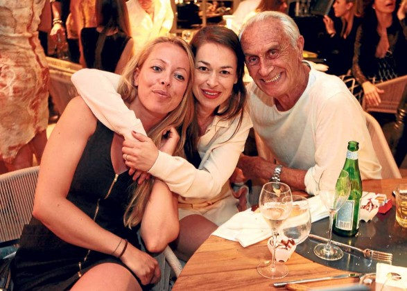 Antonio Villanueva con amigas.