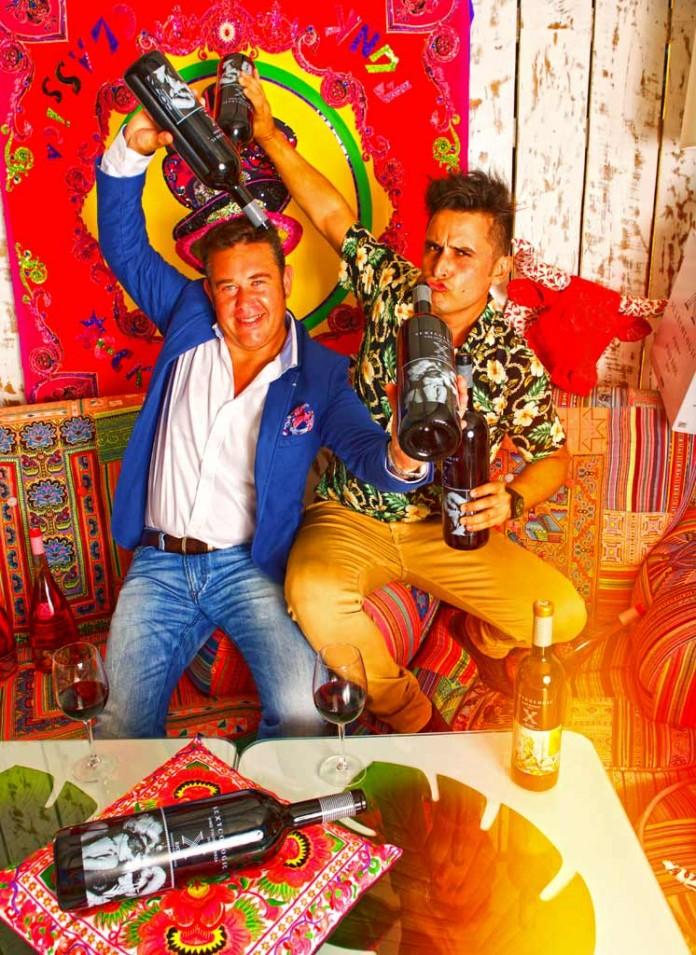 El bodeguero Rodolfo Ábalos (i) y el fotógrafo Jordi Gómez bromean con sus botellas.