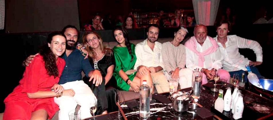 Los arquitectos Alberto Zontone y Patricia Urquiola con amigos en Heart.