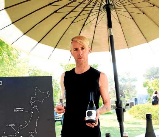 [:es]Richie Hawtin ante sus botellas de sake y el mapa de Japón[:]