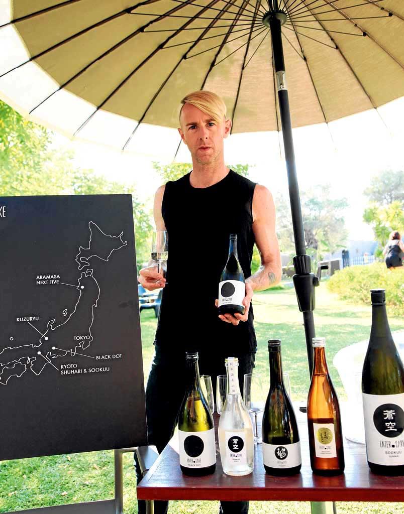 Richie Hawtin ante sus botellas de sake y el mapa de Japón