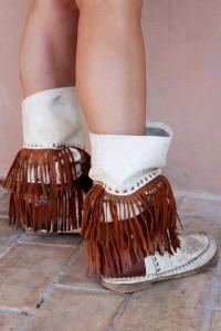 [:es]BOLSOS.- Los bolsos y botas más de moda este verano están cuajados de flecos, preferiblemente de piel y muy largos[:]