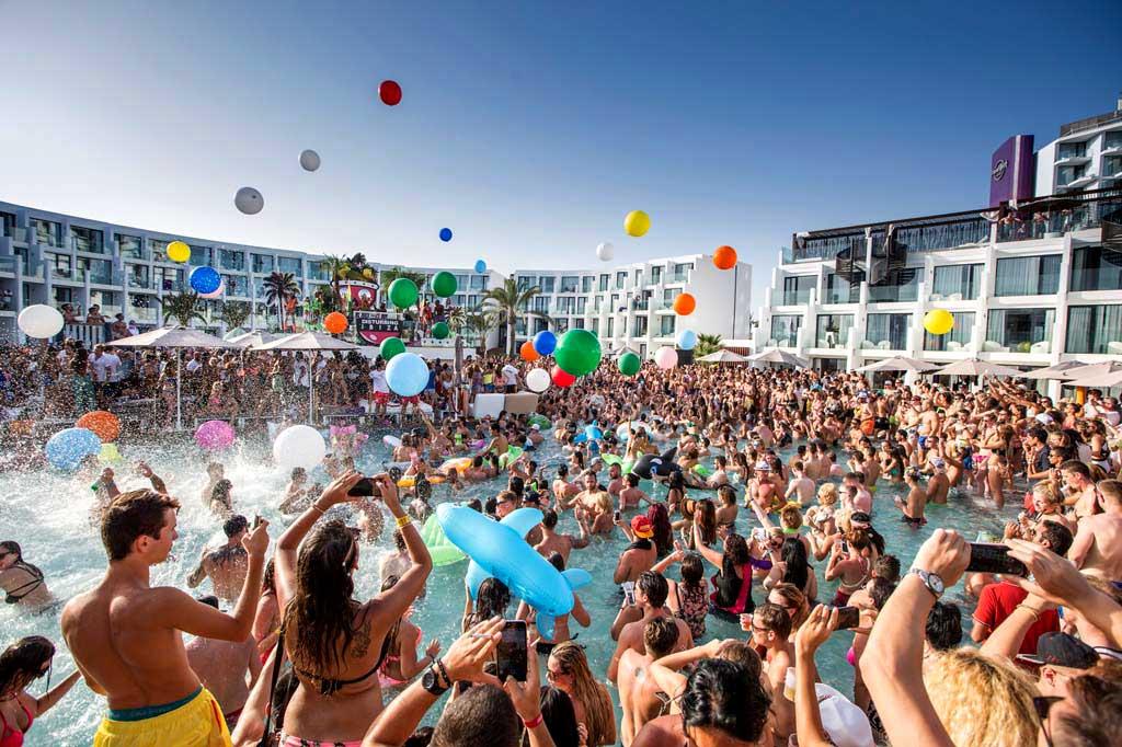 Es fiesta de d a junto a la piscina los martes en - Fiesta de piscina ...