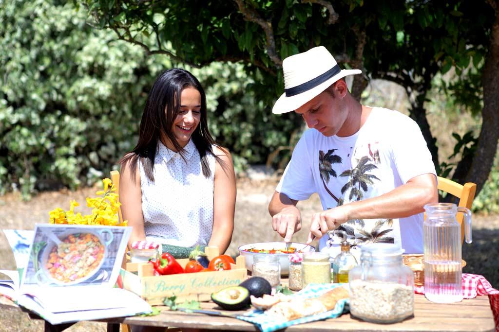 Marina y Jay preparan una receta en el huerto.