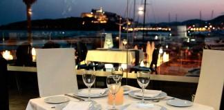 [:es]Una cita culinaria con impresionantes vistas a la bahía de Ibiza.[:]