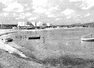 [:es]Imagen de mediados del siglo XX de la playa de Talamanca; el hostal ya se encontraba allí antes de que la llegada del turismo a la isla.[:]