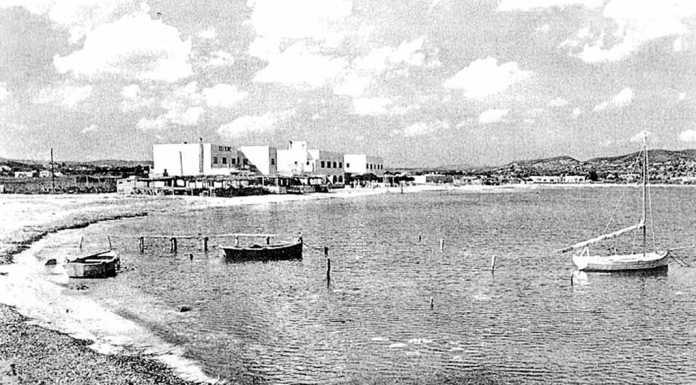 Imagen de mediados del siglo XX de la playa de Talamanca; el hostal ya se encontraba allí antes de que la llegada del turismo a la isla.