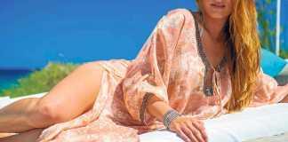 Las túnicas y caftanes son los auténticos reyes del 'beach club' durante el día como esta de la boutique de Atzaró Beach. AISHA BONET