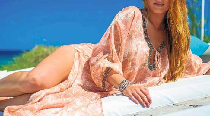 [:es]Las túnicas y caftanes son los auténticos reyes del 'beach club' durante el día como esta de la boutique de Atzaró Beach. AISHA BONET[:]