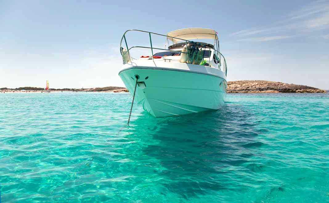 Barcos fondeados en ses Illetes.
