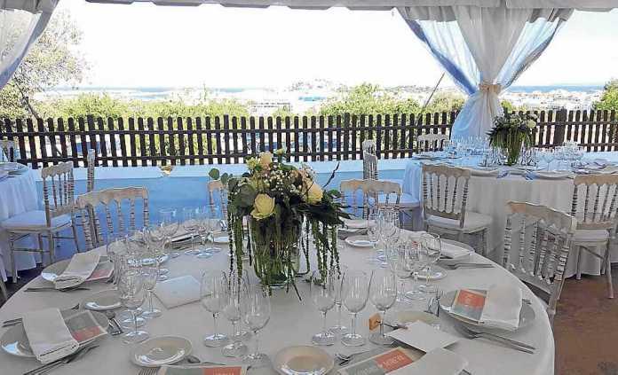 [:es]Un escenario preparado para celebrar una boda en el hotel. ES TRULL DE CAN PALAU[:]