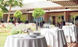 Distribución de mesas en el jardín del hotel