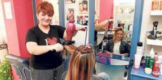 [:es]Patricia Clapés peina a una clienta en su peluquería de Vila. RUBÉN E. IBAÑEZ[:]