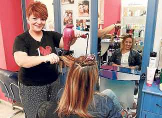 Patricia Clapés peina a una clienta en su peluquería de Vila. RUBÉN E. IBAÑEZ