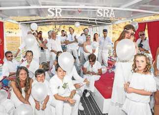 Uno de los enlaces celebrados en un barco en aguas de Ibiza.