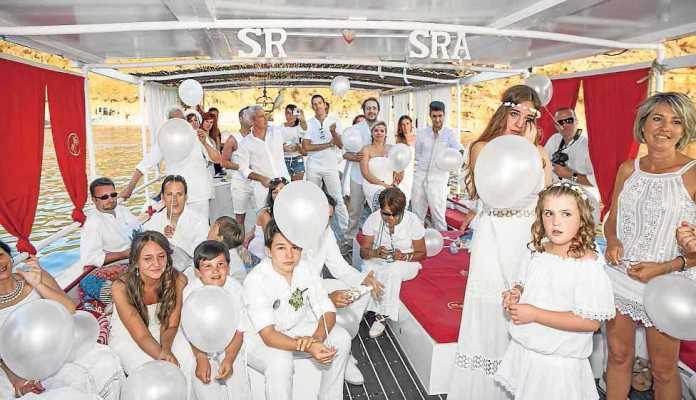 [:es]Uno de los enlaces celebrados en un barco en aguas de Ibiza.[:]