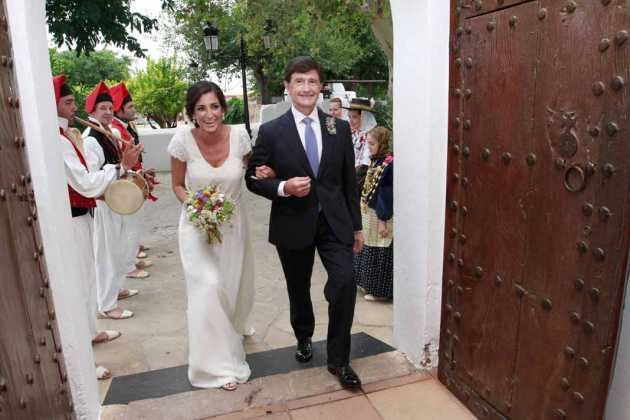 [:es]La novia con el padrino a la entrada de la iglesia de Jesús.[:]