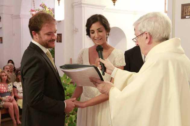 [:es]Francesco y Cristina con el párrocomadrileño Rude que les casó.[:]