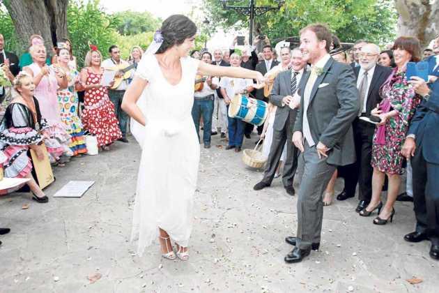 [:es]Los novios bailaron con el Coro Rociero de Sant Antoni.[:]