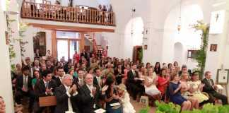 Familiares milaneses y madrileños entre amigos italianos, españoles, ibicencos y de otras nacionalidades aplauden en un momento del enlace.