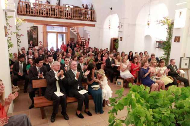 [:es]Familiares milaneses y madrileños entre amigos italianos, españoles, ibicencos y de otras nacionalidades aplauden en un momento del enlace.[:]