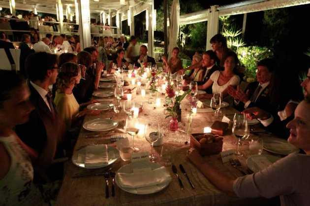 [:es]Un momento del banquete en Sa Punta de Talamanca.[:]