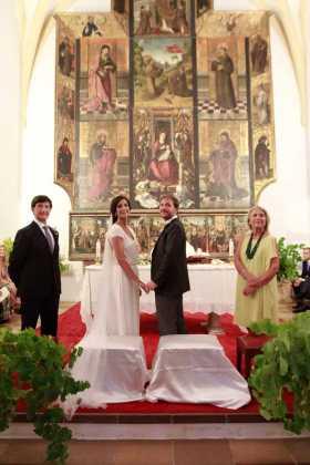 [:es]Los novios y padrinos ante el retablo de la iglesia de Jesús.[:]