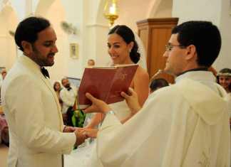 Los novios en un momento de la lectura de la misa.