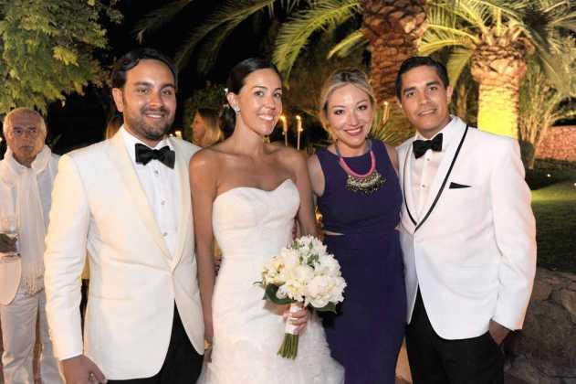 [:es]Francisco Javier y Catalina con amigos durante el cóctel de la cena.[:]