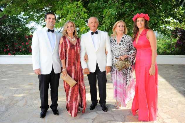 [:es]Lucia Urquiola con amigos antes de la ceremonia.[:]