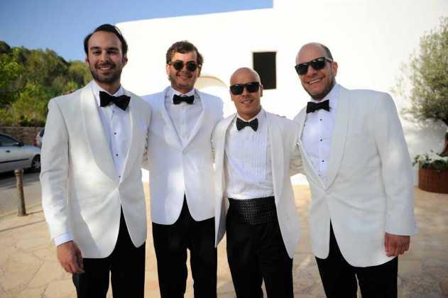 [:es]El novio y amigos vestidos con el smoking de rigor.[:]
