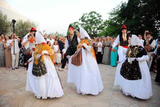 [:es]La exhibición de 'ball pagès' tras el enlace encandiló a los invitados.[:]