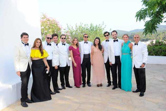 [:es]Varios grupos de familiares e invitados vestidos elegantemente en la plaza de la iglesia antes y después de la ceremonia.[:]