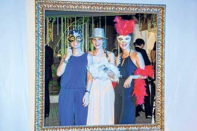 [:es]Una muestra de la decoración de Riera. Bea, Toni y Marta con vestido verde turquesa. Divertida foto de invitados en un marco.[:]