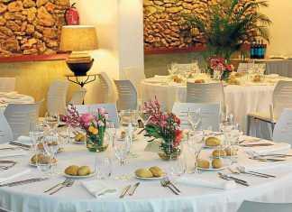 Decoración de mesa con flores campestres de la finca de Can Lluc. AISHA BONET